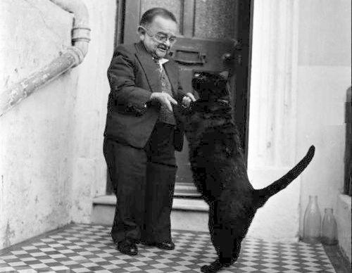 Танцът на най-ниския човек в света с неговата котка, 1956 г.