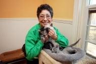 Жена основава приют за котки, продавайки мерцедеса и диамантения си пръстен