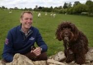 Куче спаси агне, попаднало в капан под дърво