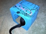 Направете къщичка за котката си само от кашон и стара тениска