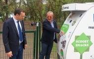 Директорът на БАБХ-Бургас и кметът на града демонстрираха как работи еко машината за хранене на животни