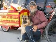 Мъж и кучето му пътешестват, за да помагат на малтретирани животни