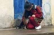 Случайно заснет кадър на момиче и бездомно кученце в дъжда трогва целия свят. Вижте историята!