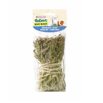 Versale-Laga Snack Hay Bale Cornflower 70g- Вързоп от ливадна тимотейка, сено, обогатено с метличина и коприва