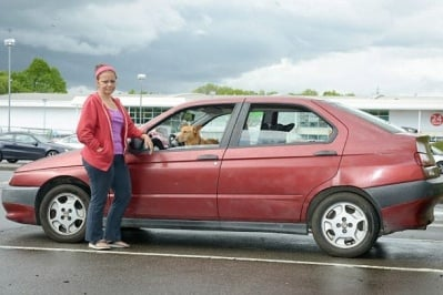 Хилъри в кола