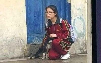 Момиче и бездомно кученце в дъжда