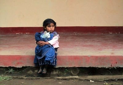 Бедно момиченце от Гватемала прегръща котката си