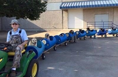 """Уникално """"кучешко влакче"""" измайстори 80-годишен пенсионер от Тексас"""