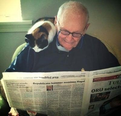 Възрастен човек с котката си