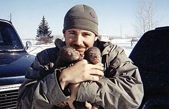 Кейси Андерсън с малки меченца