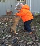 Малко кученце с дете