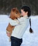 Момиче с мини кон