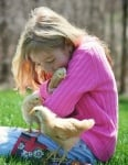 Момиче прегръща пилета