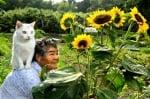 Баба с котка с различни очи