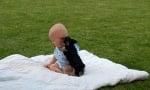 Бебе с черно кученце