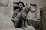 Белгийски войник с куче с противогаз