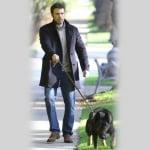 Бен Афлек разхожда кучето си