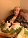 Болен човек с котка