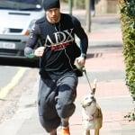 Чанинг Тейтъм тича с кучето си