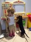 Черно дакелче с дете