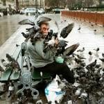 Човек храни гълъби