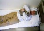 Човек лежи с котка