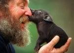 Човек с прасенце