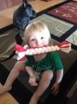 Дете дъвче играчка