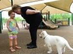 Дете и куче без крачета