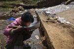 Дете пие мръсна вода