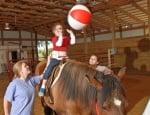 Дете с аутизъм на кон