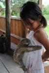 Дете с ленивец