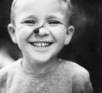 Дете с охлюв