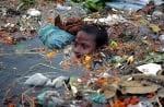 Дете се къпе в боклуци