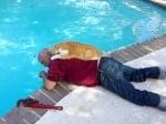 Дядо с котка на басейн