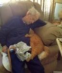 Дядо с котката си