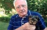 Дядо с кученце за подарък