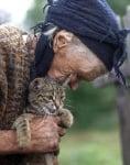 Глуха и незряща възрастна жена продължава да се грижи с любов за животните си