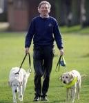 Греъм Уейсп с двете си кучета водачи