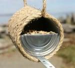 Хранилка за птици от консерва и въже