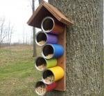 Хранилка за птици от консервени кутии и дъска