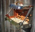 Хранилка за птици от рециклирани продукти