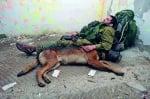 Израелски войник с куче