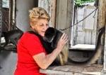Жена прегръща маймуна