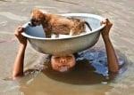 Жена спасява кученце