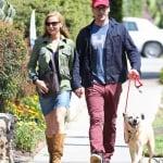 Джон Хам на разходка с кучето си