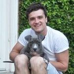 Джош Хъчърсън с осиновено куче