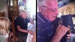 Вижте как реагира възрастен човек, изгубил съпругата си, когато му подаряват малко кученце!