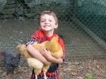 Дете с оранжева кокошка