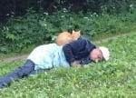 Котка спи върху човек